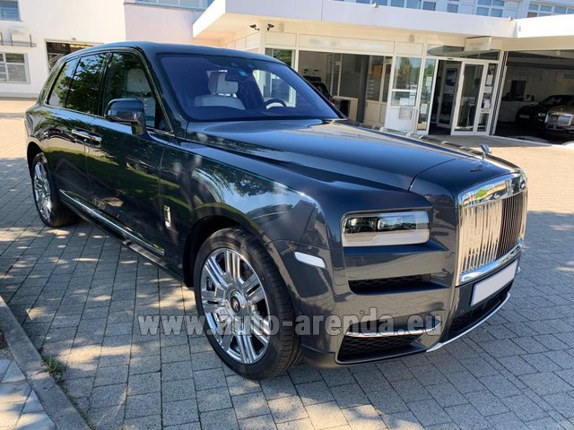 Rental Rolls-Royce Cullinan Black in Milan